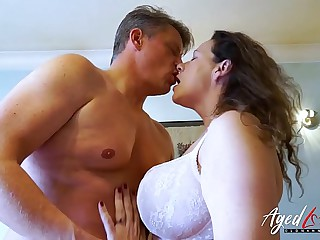 AgedLovE Bussinesman Seduced by Hot Grown-up Mom